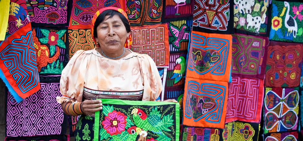 Kuna indiaan die molas verkoopt