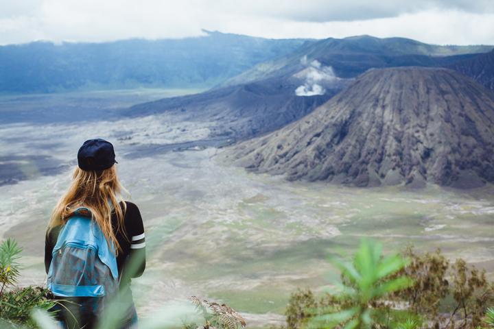 Vulkaan beklimmen met backpack